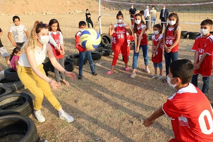 TVF'den Siirtli çocuklara 'Voleybol Seti ve Forma'